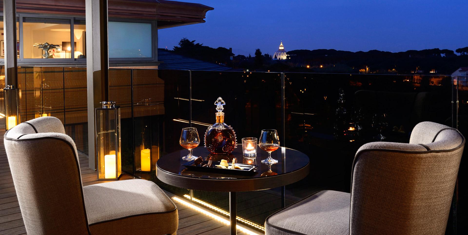 Terrazze e rooftop degli hotel a Roma, i ristoranti panoramici per aperitivi e cene, tra menu d'autore e cocktail rinfrescanti con vista mozzafiato